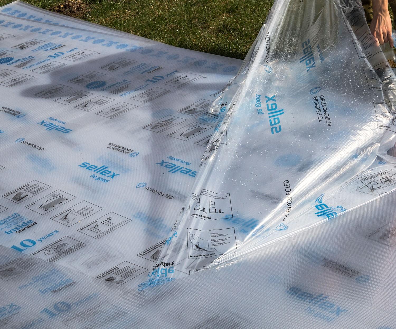 Снятие защитной пленки с листа поликарбоната